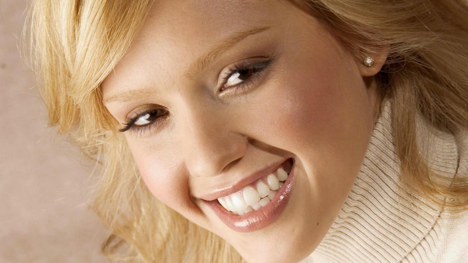 Jessica-Alba-smiech-Pozadia-na-plochu