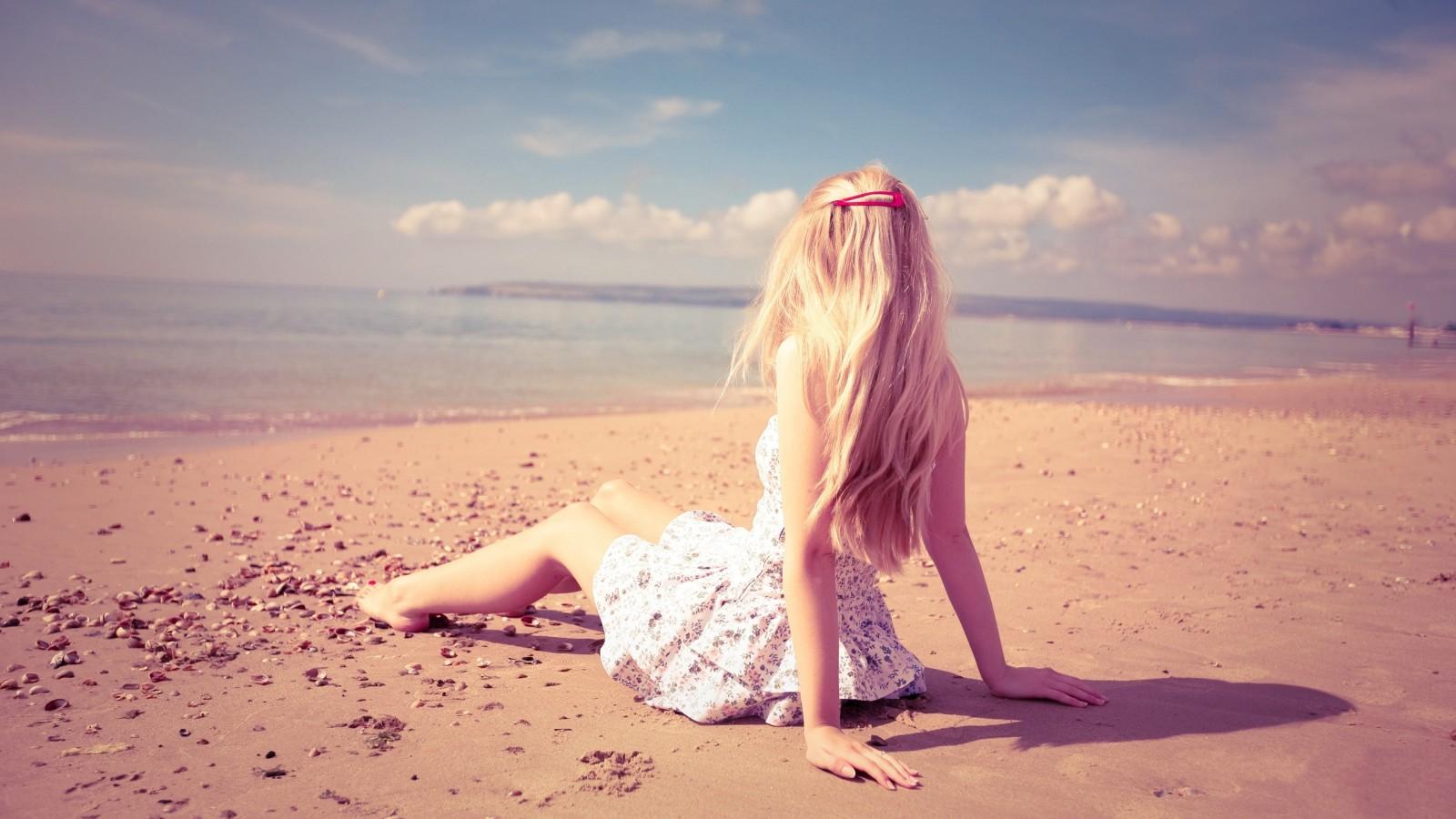 blonde_girl_on_the_beach-wallpaper-2560×1600