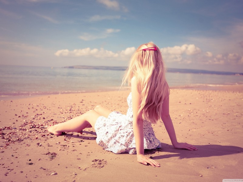 blonde_girl_on_the_beach-wallpaper-2560×1600